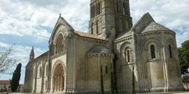 Eglise Saint-Pierre et château d'Aulnay